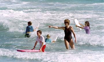 Δεκαπέντε φωτογραφίες που δείχνουν την πριγκίπισσα Diana απλά ως μαμά