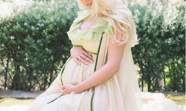 Διάσημη τραγουδίστρια ανέβασε φωτογραφία-υπερπαραγωγή, όπου θηλάζει το γιο της (pics)