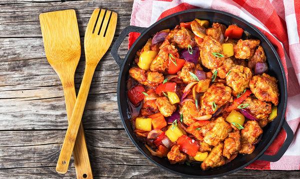 Χοιρινό στο τηγάνι με πολύχρωμες πιπεριές και κόκκινα κρεμμύδια