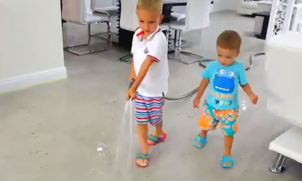 Αγοράκια ανοίγουν το λάστιχο με το νερό μέσα στο σπίτι - Δείτε την αντίδραση της μαμάς (vid)