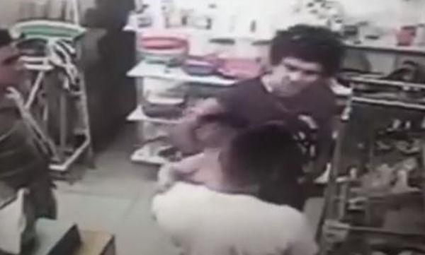Βίντεο: Άνδρες πιάστηκαν στα χέρια αδιαφορώντας για το μωρό που ο ένας κρατούσε στην αγκαλιά του