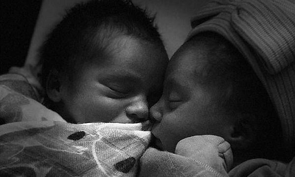 Γνωστή τραγουδίστρια μας δείχνει για πρώτη φορά τα νεογέννητα δίδυμά της