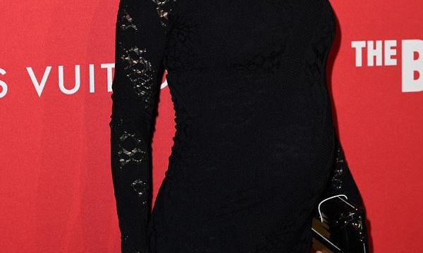 Τα μαύρα της πηγαίνουν πολύ - Η νέα της δημόσια εμφάνιση με φουσκωμένη κοιλίτσα που εντυπωσίασε