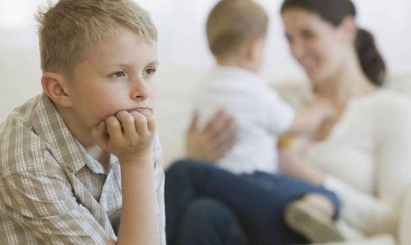 Το παιδί σας ζηλεύει; Δείτε πώς μπορείτε να το αντιμετωπίσετε
