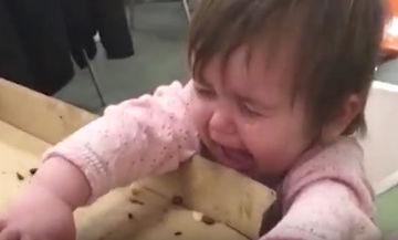 H πίτσα είναι το μόνο πράγμα που μπορεί να σταματήσει το κλάμα του μωρού (vid)