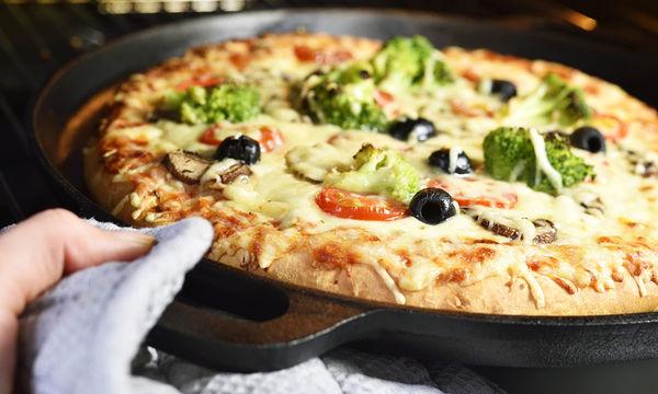 Πεντανόστιμη συνταγή για πίτσα με μπρόκολο, ελιές και μανιτάρια