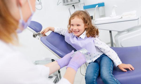 Φθορίωση δοντιών στα παιδιά: Από ποια ηλικία πρέπει να φθοριώνουν τα δόντια και ποιοι οι κίνδυνοι
