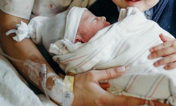 Έγιναν για δεύτερη φορά γονείς και αυτή είναι η πρώτη φωτογραφία μέσα από το μαιευτήριο