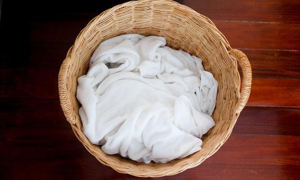 Πώς θα χρησιμοποιήσετε σωστά τη χλωρίνη ώστε να λευκάνετε τα ρούχα