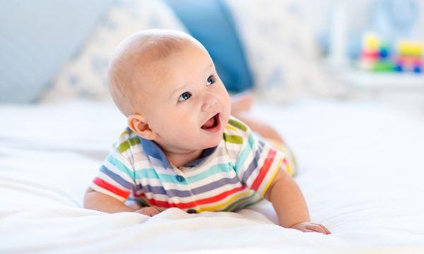 Τummy time με το μωρό, τι είναι και γιατί είναι σημαντικό;