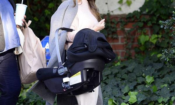 Πριν ένα μήνα γέννησε ο φακός την απαθανάτισε σε βόλτα με το μωράκι της
