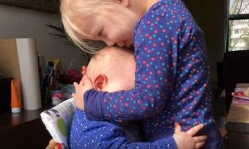 Αξιολάτρευτο: Μωράκι αγκαλιάζει τη μεγάλη του αδελφή ξανά και ξανά (video)