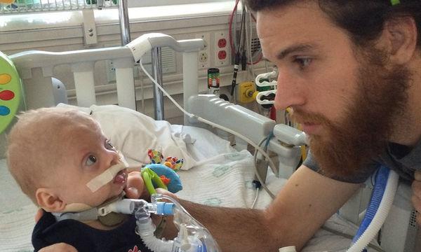 Ζευγάρι υιοθετεί μωρό με προβλήματα υγείας - Η ιστορία τους θα σας συγκινήσει (pics)