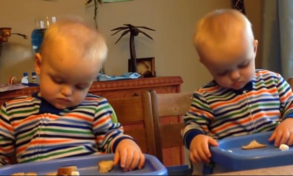 Δεν υπάρχει αυτό το βίντεο: Δίδυμα αδελφάκια έχουν τις ίδιες αντιδράσεις και τρελαίνουν το διαδίκτυο