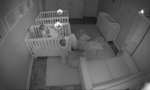 Δίδυμα μωρά αντί να κοιμηθούν, ξεσαλώνουν (video)
