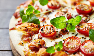 Πεντανόστιμη και λαχταριστή συνταγή για νηστίσιμη πίτσα
