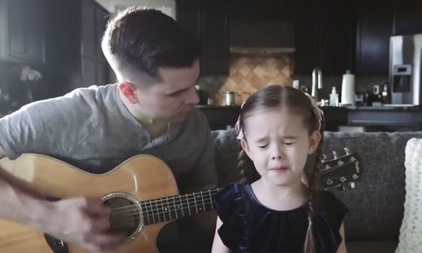 Η Claire λέει στον μπαμπά της ότι θα τραγουδήσει ένα λυπητερό τραγούδι... το αποτέλεσμα; Δείτε το