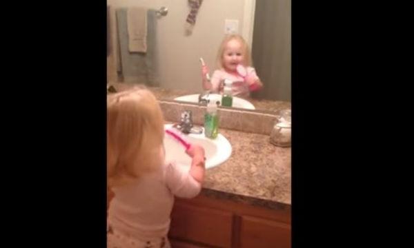 Ο καλύτερος τρόπος για να πείσετε το παιδί σας να βουρτσίζει τα δόντια του είναι αυτός (video)