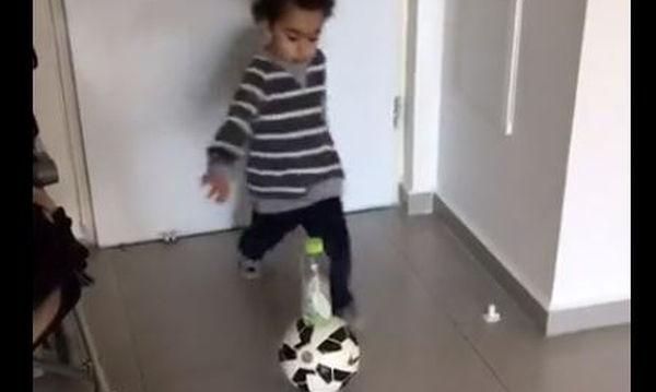 Ο μικρός μας «κούφανε»! Κλωτσάει τη μπάλα και το μπουκάλι στέκεται όρθιο στο πάτωμα (vid)