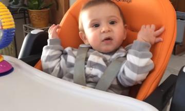 Πόσο γλυκούλια! Μωρά λένε για πρώτη φορά «μαμά» και «μπαμπά» και μας ξετρελαίνουν (vid)