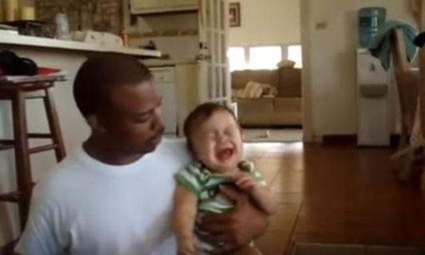 Μα γιατί κλαίει το μωρό κάθε φορά που ο μπαμπάς του δίνει το μπουκάλι του; (video)