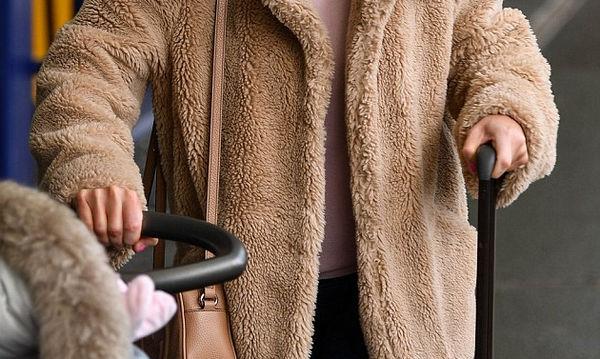 Η ηθοποιός κρύβει την φουσκωμένη της κοιλίτσα καθώς επιστρέφει με την κόρη της από ταξίδι (pics)