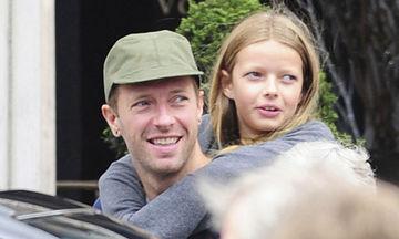 Chris Martin: Δείτε τον να μαθαίνει κιθάρα στην 13χρονη κόρη του, Apple (vid)