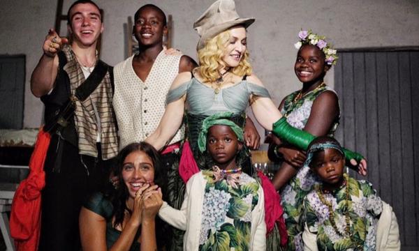 Η άλλη πλευρά της Madonna: Οι τρυφερές καθημερινές στιγμές με τα παιδιά της (pics)
