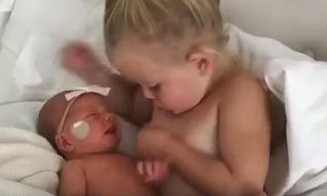 Κοριτσάκι προσπαθεί να «θηλάσει» τη νεογέννητη αδερφούλα του (vid)