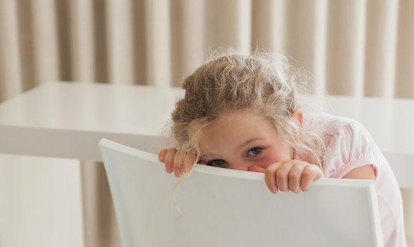 Συνεσταλμένο παιδί: Πώς να το διαχειριστείτε για να ξεπεράσει τη συστολή του