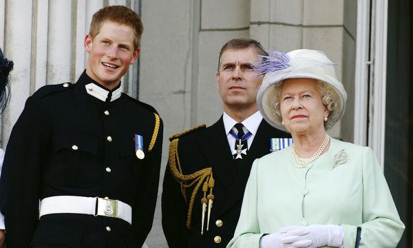 Βασίλισσα Ελισάβετ: 13 φωτογραφίες που «προδίδουν» τη μεγάλη αδυναμία της στον πρίγκιπα Harry