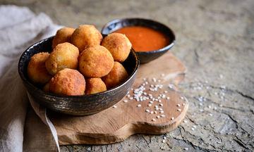 Συνταγή για νόστιμους νηστίσιμους ντοματοκεφτέδες με πουρέ πατάτας