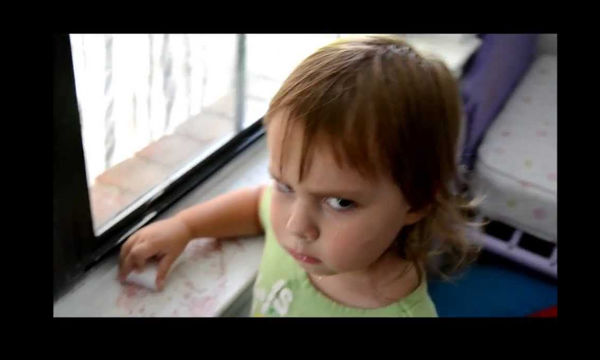 Ο λόγος που η μικρή έχει αυτό το βλέμμα θα σας κάνει να γελάσετε με την καρδιά σας (video)