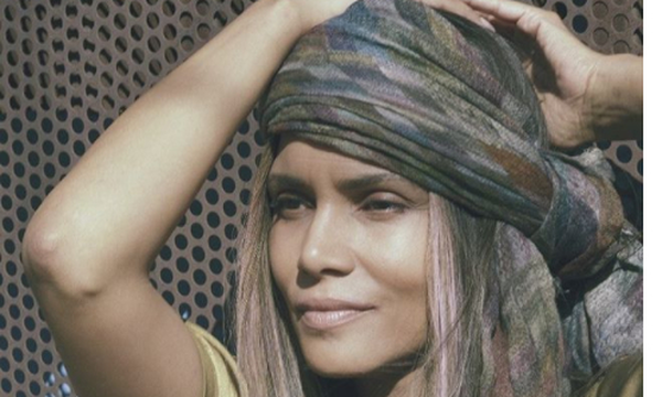 Halle Berry: Κάνει topless γιόγκα και «ρίχνει» το Instagram (pic)