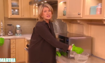 Καθαρίστε το φούρνο μικροκυμάτων σας με τον πανεύκολο τρόπο της Martha Stewart (vid)
