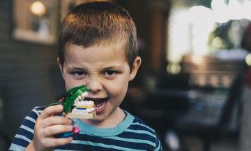 «Πρέπει να παίζουμε με τα παιδιά μας, ακόμη κι αν δεν μας αρέσει», ένας μπαμπάς συμβουλεύει