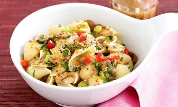 Νηστίσιμη συνταγή: Ζεστή σαλάτα ζυμαρικών με μανιτάρια