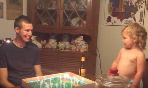 Δείτε την αντίδραση της μικρής όταν καταλαβαίνει ότι η τούρτα δεν είναι δική της (video)