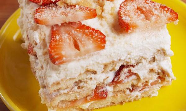 Δροσερό μπισκοτογλυκό με φράουλες χωρίς αυγά και βούτυρο
