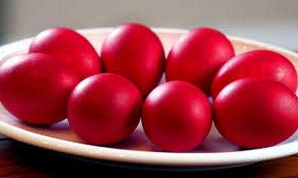 Δείτε πώς θα βάψετε τα αυγά σας, χωρίς να σας σπάσουν