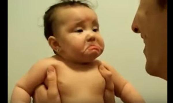 Tο γέλιο του μπαμπά τρομάζει το μωρό - Δείτε γιατί (vid)