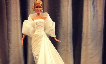 Ντύνει τις κούκλες Barbie με τα πιο όμορφα φουστάνια που έχετε δει και όλα είναι φτιαγμένα από χαρτί