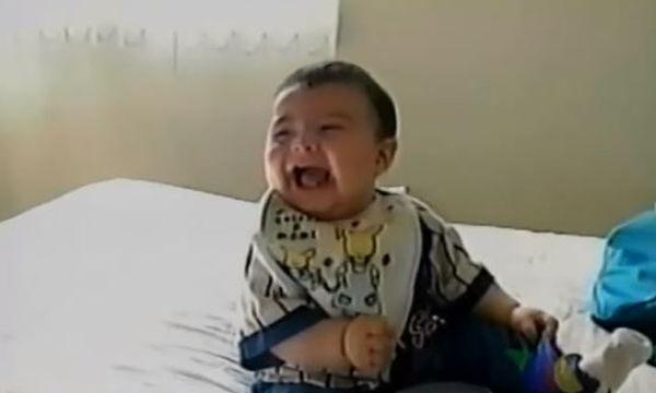 Αυτό το βίντεο θα σας φτιάξει τη μέρα - Μωράκι ξεκαρδίζεται στα γέλια και πέφτει