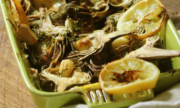 Νηστίσιμη συνταγή: Αγκινάρες στο φούρνο με πατάτες, σκόρδο και λεμόνι