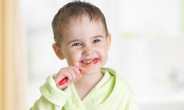 Πέντε κόλπα για να μάθει το παιδί να βουρτσίζει τα δόντια του