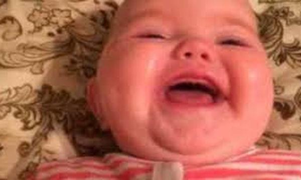 Με μια λέξη ο μπαμπάς κάνει την κόρη του να ξεκαρδίζεται στα γέλια (vid)