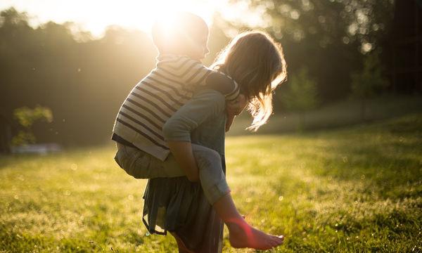Οι απίστευτες μέθοδοι που ακολουθούν οι γονείς ανά τον κόσμο για το μεγάλωμα των παιδιών