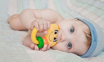 Βγάζει το μωρό δοντάκια; Πώς θα μειώσετε τον πόνο