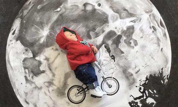 Ζωγραφίζει σκηνές κινηματογραφικών ταινιών με πρωταγωνιστή το γιο της (pics)