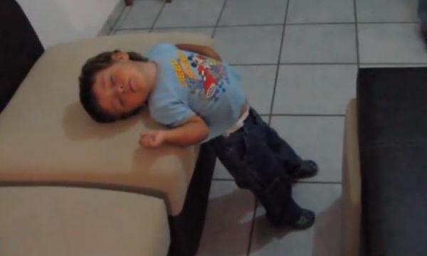 Αστείο βίντεο: Παιδιά αποκοιμιούνται όπου βρουν εκτός από το κρεβάτι τους (vid)